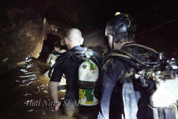 Đội bóng nhí đối mặt với nguy hiểm khi oxy trong hang giảm và mưa đã bắt đầu rơi - 1