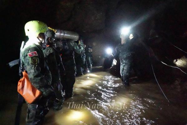 Lực lượng cứu hộ làm việc bên trong hang Tham Luang, nơi đội bóng nhí mắc kẹt. Ảnh: Thai Navy SEAL.
