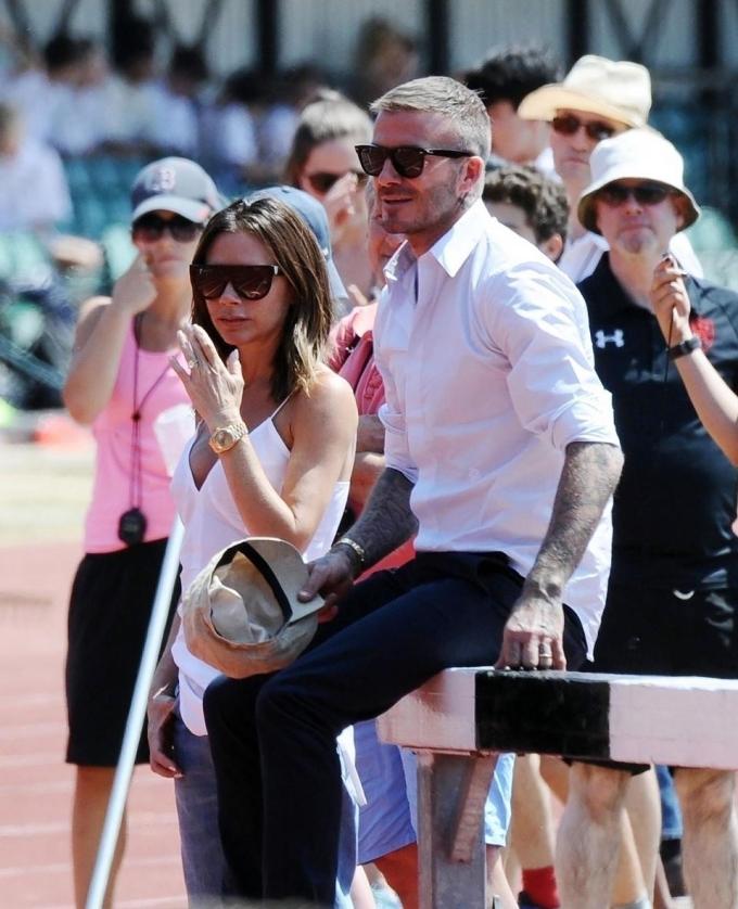 <p> Ngày 6/7, Victoria và David Beckham gây chú ý khi dự một sự kiện thể thao dành cho trẻ em tại sân Perivale ở London, Anh. Theo chuyên gia phân tích ngôn ngữ cơ thể Judi James, Beckham tỏ ra khá nguội lạnh trong khi bà xã anh vẫn có những hành động tình cảm như thời mới yêu.</p>