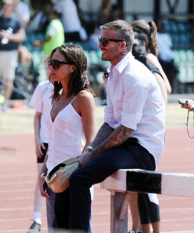 <p> Trong ảnh này, David Beckham trông rất thoải mái và tận hưởng khi theo dõi diễn biến cuộc đua. Còn Victoria có vẻ cũng đang nhìn về phía sân vận động nhưng không chắc trong tâm trí cô đang nghĩ gì.</p>