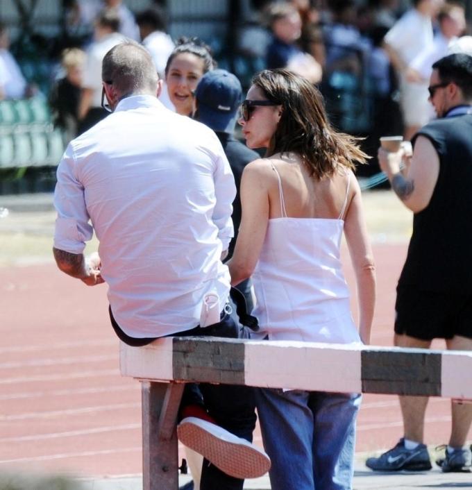 <p> Hành động nhìn Beckham và cánh tay trái chạm vào người ông xã cho thấy Victoria vẫn muốn trò chuyện và bày tỏ tình cảm. Tuy nhiên đến lúc này Beckham vẫn không quay lại và có ý lảng tránh ánh nhìn của bà xã.</p>