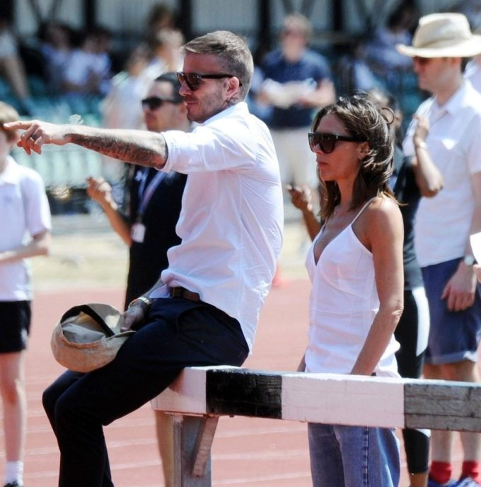 """<p> Chuyên gia Judi James phân tích, vị trí đứng từ phía sau của Victoria thể hiện cô vẫn là người vợ có """"phục tùng"""", """"quy phục"""" đối với Beckham.</p>"""