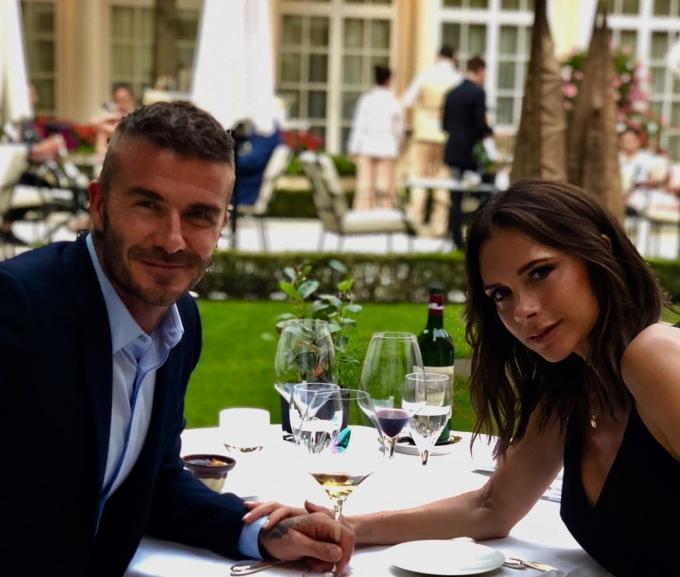 """<p> Mặc dù vậy, trước đó 2 ngày, cặp đôi nổi tiếng vẫn chia sẻ với thế giới về ngày kỷ niệm 19 năm kết hôn lãng mạn. Trên trang cá nhân của mình, Beckham đăng bức ảnh buổi hẹn hò với Victoria và bày tỏ: """"19 năm cơ đấy. Ngày này 19 năm trước, anh đã mặc màu tím từ đầu đến chân. Chúc mừng kỷ niệm ngày cưới nhé, người vợ và mẹ tuyệt vời nhất. Yêu em"""".</p>"""