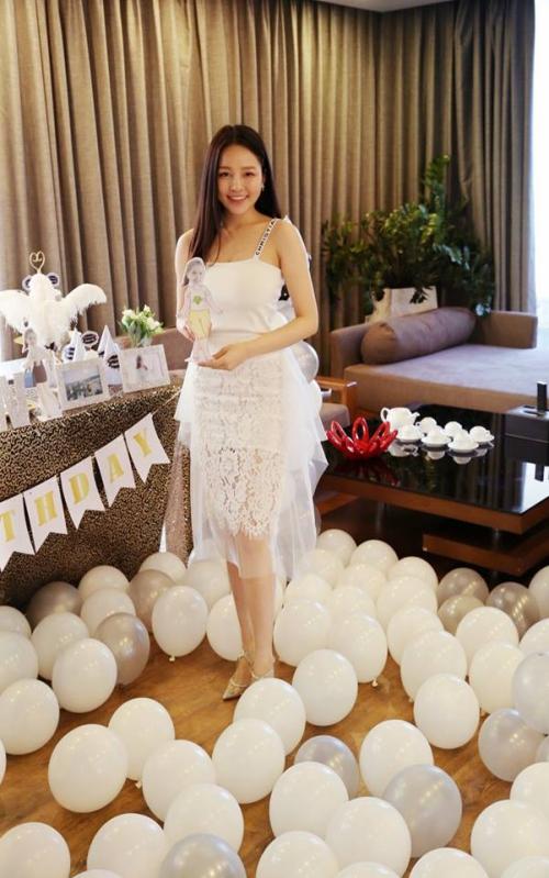 Tên đầy đủ của cô gái này là Đỗ Thị Trâm Anh, sinh năm 1995, đang là một dược sĩ, có một hiệu thuốc riêng tại Hà Nội. Cô còn khá nổi tiếng trên mạng nhờ tham gia vào các hoạt động chụp ảnh, làm mẫu thời trang.