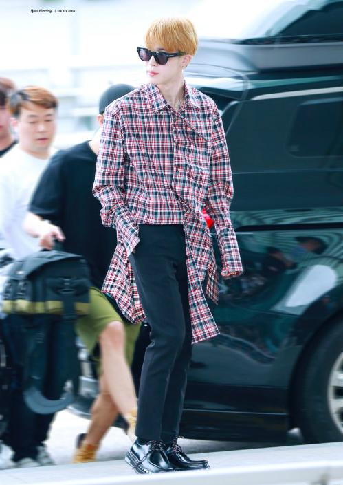Ji Min thể hiện khả năng phối đồ với chiếc áo sơ mi dài quá khổ.