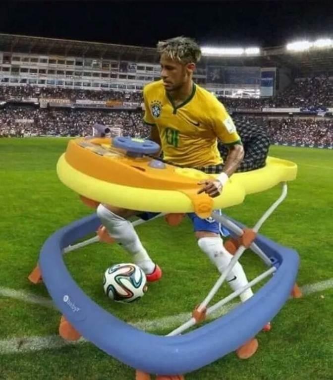 <p> Thánh chế tốt bụng còn cho Neymar ghế của trẻ tập đi để đỡ bị ngã.</p>