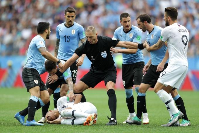 """<p> Không chỉ Neymar, sao sáng tuyển Pháp Mbappe cũng có màn lăn lộn trong trận đối đầu với Uruguay ở tứ kết. Pha ăn vạ lộ liễu khiến cầu thủ này bị chỉ trích rằng """"đang cố gắng để diễn như Neymar"""".</p>"""