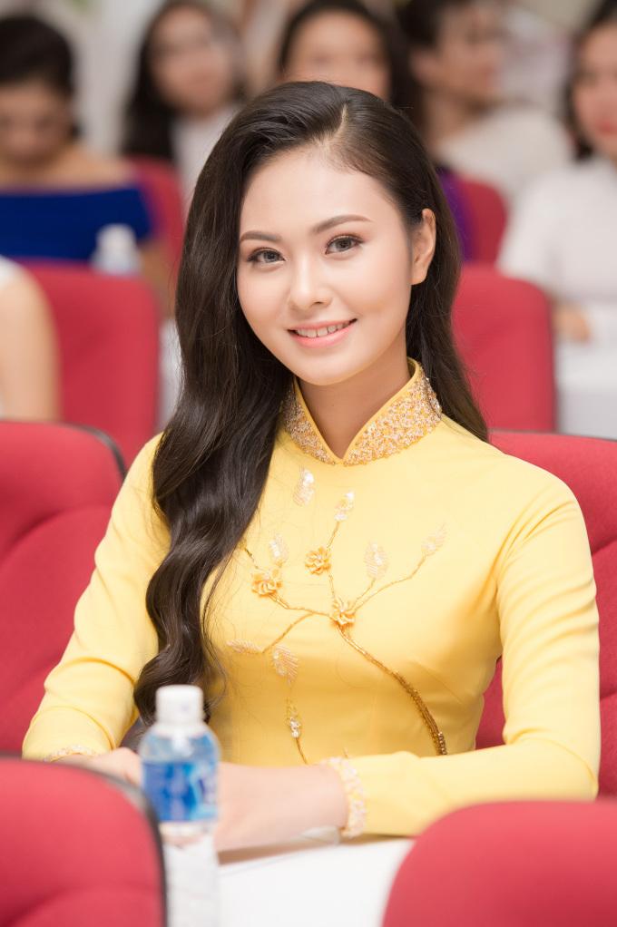 <p> Thí sinh Hoàng Thị Bích Ngọc sinh năm 1999 từng đoạt giải Á khôi 1 Hoa khôi Phụ nữ Việt Nam qua ảnh 2017 có vẻ đẹp dịu dàng, duyên dáng.</p>