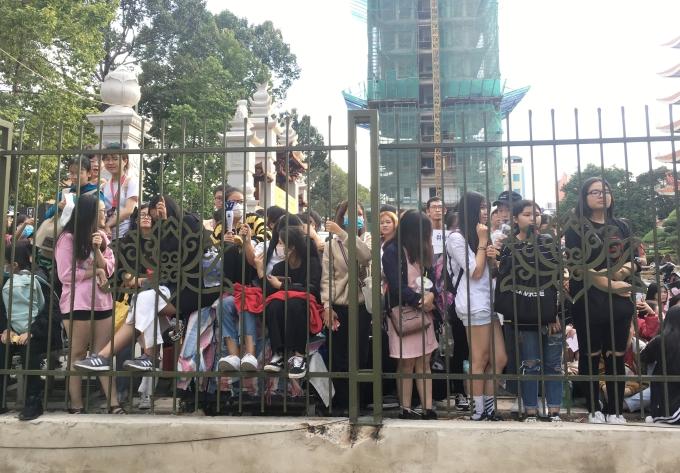 <p> Nhiều fan không sở hữu được vé đành phải chấp nhận dõi theo qua bức tường rào như thế này.</p>