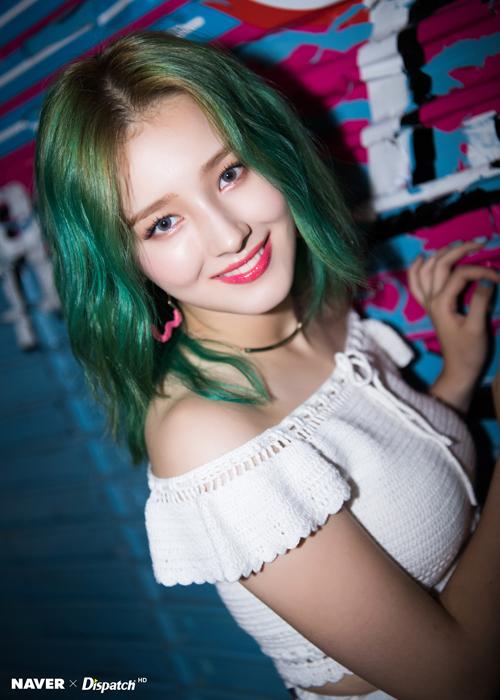 Tạo hình trên sân khấu của Nancy cũng rất đẹp và lộng lẫy, nhưng nhiều ý kiến cho biết họ thích cô nàng trang điểm nhẹ nhàng và để tóc đen hơn.