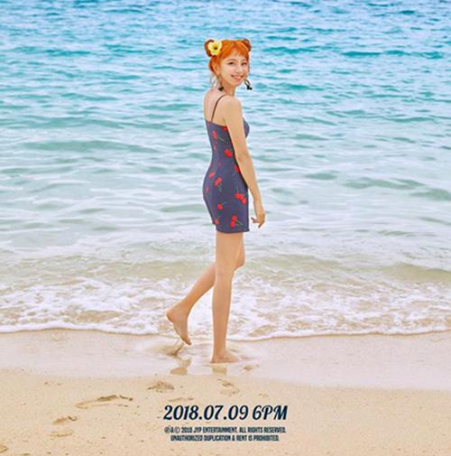 Trong ảnh teaser comeback, Chae Young khoe đường cong với mẫu váy bó sát, họa tiết hoa quả bắt mắt. Em út của Twice để kiểu tóc pucca, hợp với không khí đi biển.