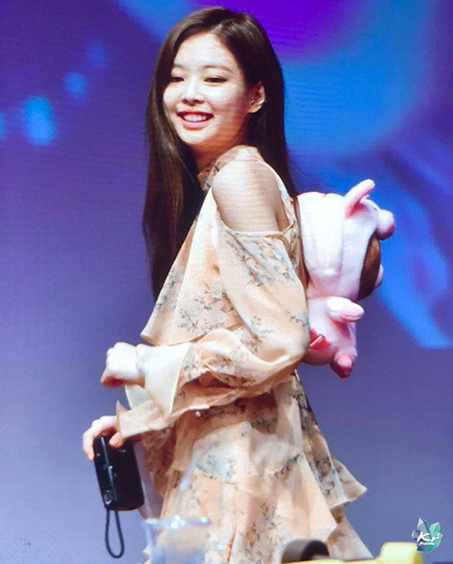 Jennie lại tiếp tục đụng hàng với một mỹ nhân khác. Chiếc váy nhiều lớp, hở vai, tông vàng nhã nhặnthuộc thương hiệuNot Your Rose, giá hơn 9 triệu đồng.