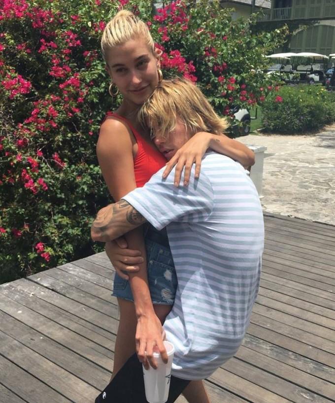 <p> Tháng 6, truyền thông lại bắt gặp Justin Bieber công khai đi vớiHailey Baldwin trên phố. Chưa đầy một tháng sau, nam ca sĩ đã cầu hôn với chân dài này, chấm dứt cuộc đời độc thân của mình.</p>