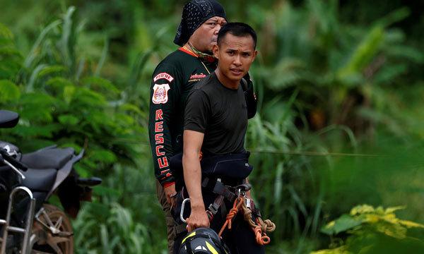 Nhân viên cứu hộ tại khu vực hang Tham Luang. Ảnh: Reuters
