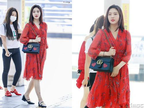 Những chiếc váy liền, chất liệu mỏng nhẹ được nhiều idol nữ ưa chuộng hè 2018. Joy chọn phối đồ cùng túi Gucci hàng hiệu, giày đế bệt tiện dụng.