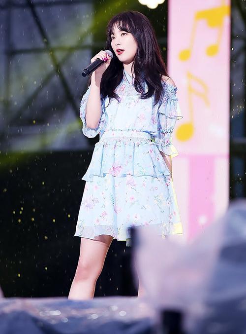 Seul Gi đẹp nữ tính trên sân khấu với một thiết kế khoe vai của thương hiệucapricieux, giá 6,6 triệu đồng.