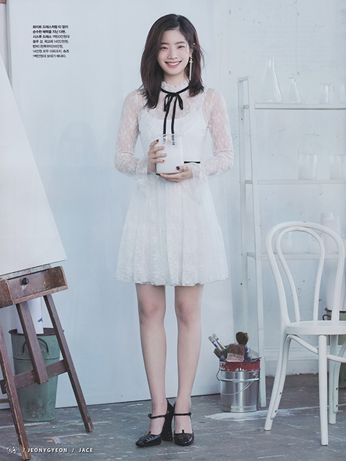 Da Hyun từng diện thiết kế này lên tạp chí. Thành viên Twice được khen bởi nét đẹp trong sáng, khuyên tai dây dài nổi bật.
