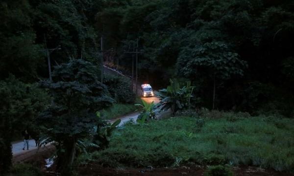 Xe cứu thương rời đi từ khu vực hang Tham Luang. Ảnh: Reuters