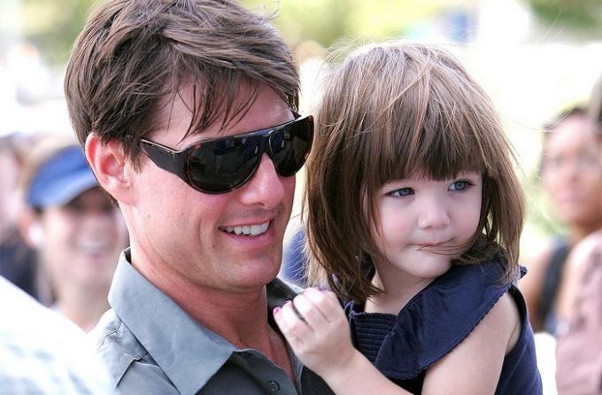 <p> Công chúa của tài tử Tom Cruise, bé Suri nổi tiếng với tủ đồ hàng hiệu, giày dép và phụ kiện đắt đỏ ước tính trị giá từ 1-3 triệu USD. Tuy còn nhỏ nhưng Suri đã tiêu tốn hàng nghìn USD mỗi tháng cho việc shopping hàng hiệu và làm đẹp. Katie cũng từng tặng con gái ngôi nhà đồ chơi giá 24.000 USD. Tạp chí OK tiết lộ, khoản trợ cấp cho cô bé mà Tom Cruise phải chi trả là 1 triệu USD/năm.</p>