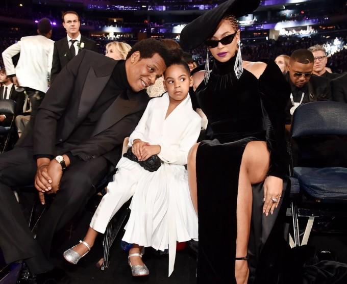 """<p> Chỉ mới 6 tuổi nhưng con gái Blue Ivy Carter của Beyonce và Jay-Z đã ra dáng một """"nữ hoàng nhí"""" thực thụ với gu thời trang sang chảnh không kém bố mẹ. Cô bé hiện giờ đã có ê-kíp nhân viên riêng, stylist riêng, đầu bếp và vệ sĩ riêng. Tạp chí<em> OK</em> cho biết, Blue Ivy sở hữu một con ngựa đá bằng vàng trị giá 600.000 USD trong phòng riêng. Bố mẹ cô bé cũng từng chơi sang khi chi hẳn 80.000 USD để mua búp bê Barbie nạm kim cương cho cô công chúa nhỏ.</p>"""