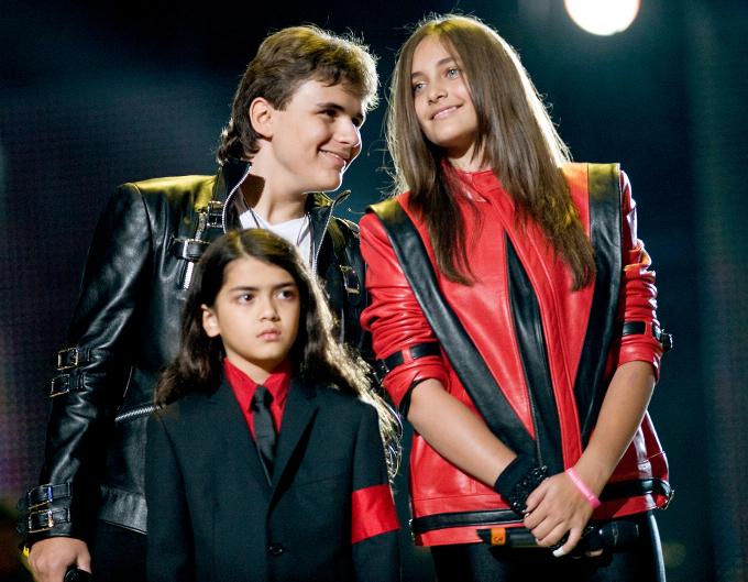 <p> Chắc chắn Paris, Prince và Blanket đã may mắn hơn nhiều đứa trẻ khác khi thừa hưởng tài sản giàu có từ người cha Michael Jackson – biểu tượng nhạc pop vĩ đại nhất lịch sử. Số liệu từ <em>New York Post </em>cho hay, ngoài 5 triệu USD chia cho mỗi người, Michael còn để lại cho các con mỗi người 8 triệu USD/năm kèm 30.000 USD cho học phí, du lịch và những chi phí khác.</p>