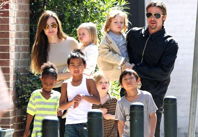 <p> Mặc dù Angelina Jolie và Brad Pitt đã chia tay nhưng 6 người con của họ vẫn được sống sung sướng với khối tài sản ước tính 400 triệu USD của bố mẹ. Những đứa trẻ nhà Pitt có một danh sách lựa chọn dài những biệt thự sang trọng để ở như một biệt thự nông thôn ở Pháp, một biệt thự ở New Orleans, một ngôi nhà rực rỡ ở Los Angeles, một căn hộ ở Waldorf, một ngôi nhà bãi biển ở... Ngoài ra, các con của Angelina luôn được chăm sóc với chế độ đặc biệt, gồm gia sư toàn thời gian, vú nuôi, vệ sĩ…</p>