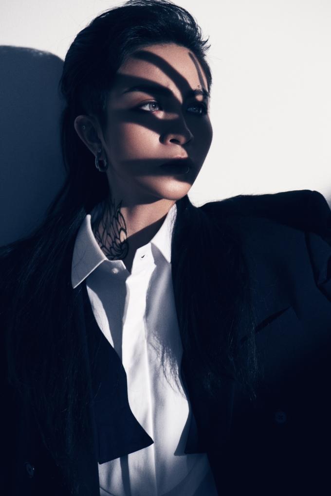 <p> Sau nhiều năm trung thành với mái tóc tém cá tính, cô nàng quyết định đổi tóc dài. Lựa chọn kiểu tóc đen, suôn, thẳng, dài quá vai, Gil Lê trở nên... quá khác biệt.</p>