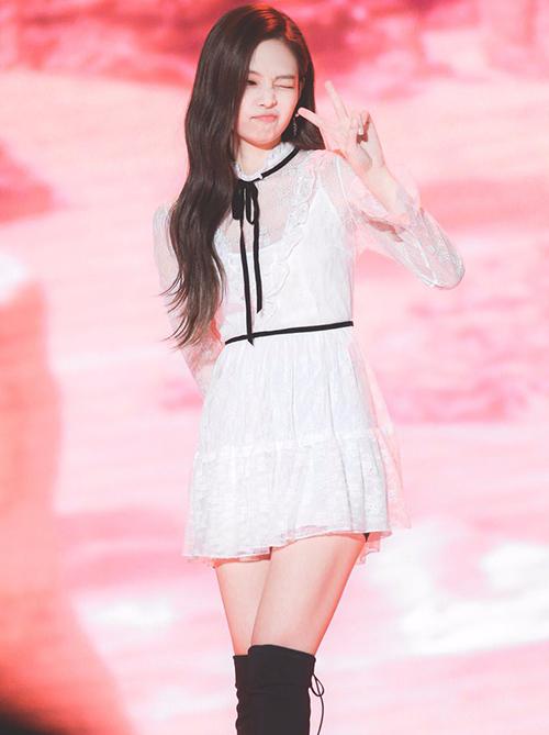 Jennie và Yoon Ah tiếp tục mặc chung quần áo. Thành viên Black Pink tạo phong cách với boots quá gối sang chảnh.