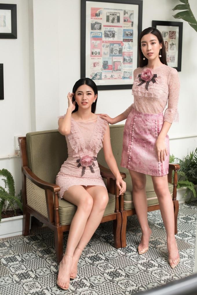<p> Những chiếc váy ren hồng pastel giúp hai nàng hậu khoe vẻ ngọt ngào.</p>