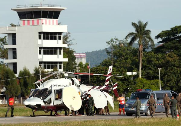 Các cậu bé được cứu hộ di chuyển bằng trực thăng để đến bệnh viện tỉnh Chiang Rai. Ảnh: Reuters.