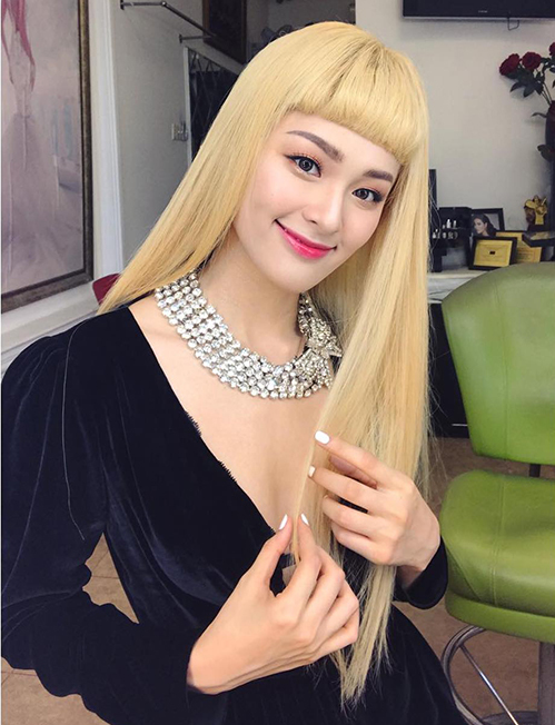 Mái tóc mới của Hạ Vi nhận về không ít ý kiến tranh cãi. Nhiều người cho rằng gương mặt đậm chất Á Đông của cô Tấm không phù hợp với kiểu tóc đậm chất Tây này. Chưa kể mái tóc vàng sáng đối lập hoàn toàn với lông mày đen cũng khiến dung mạo của cô trở nên sai quá sai.