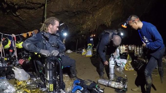 <p> Những người thợ lặn chuẩn bị trước khi tiến vào hang.</p>