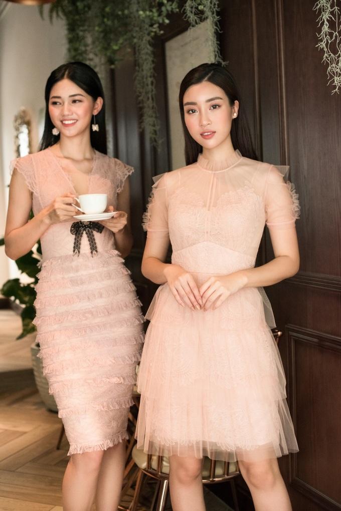 <p> Đỗ Mỹ Linh chọn một chiếc váy ren mỏng, Thanh Tú thanh lịch với mẫu váy được xếp ly cầu kỳ.</p>