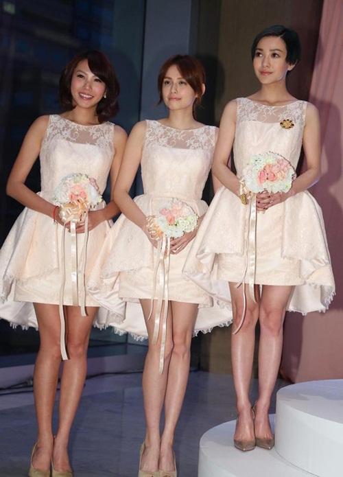 Quách Thái Khiết chỉ cao 1,58m nên khi đứng cùng hai người đẹp chân dài khác, nữ diễn viên Tiểu thời đại không ngại đứng hẳn lên trên một bậc.