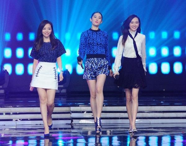 Trương Lương Dĩnh lùn nhất khi sải bước cùng hai cô bạn thân Lưu Diệc Phi và Đường Yên. Chân của nữ ca sĩ cũng bị nhận xét là to nhất.
