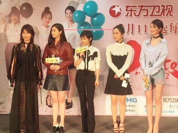 Vương Tử Văn bị cho là chỉ cao chưa đến 1,5m. Dù đi giày gót cao đến 15 cm, cô nàng vẫn thấp bé nhẹ cân nhất trong năm chị em Hoan lạc tụng.