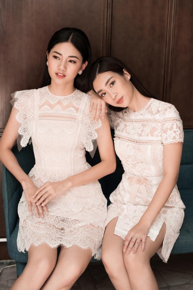 <p> Hai người đẹp nổi bật khi diện chiếc váy họa tiết ren màu trắng đục. Những cách điệu ở phần cổ, tay và chân váy tạo nên sự phá cách, hiện đại cho cô gái thành thị.</p>