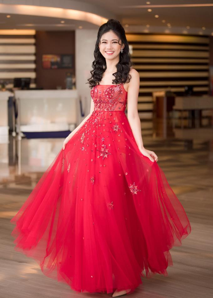<p> Á hậu 1 Ngô Thanh Thanh Tú duyên dáng như công chúa trong chiếc váy xòe bồng.</p>