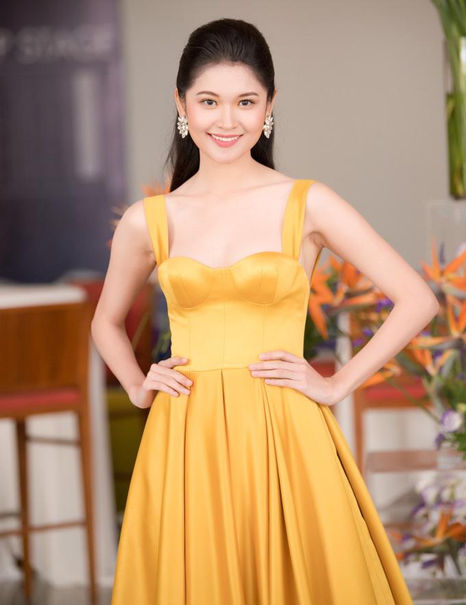 <p> Á hậu 2 Thùy Dung tôn làn da trắng bằng chiếc váy vàng mù tạt đúng mốt. Trong buổi họp báo, người đẹp xúc động khi được BTC tổ chức sinh nhật bất ngờ.</p>