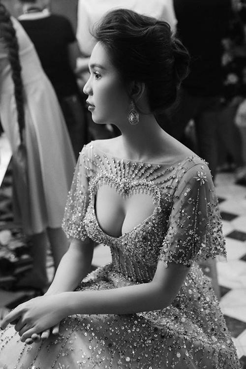 Cách đây ít ngày, khi làm vedette ở một show thời trang, Ngọc Trinh vẫn còn khoe vòng một nảy nở trong chiếc váy có thiết kế táo bạo. Số đo thay đổi chóng mặt của người đẹp khiến khán giả hoang mang không biết đường nào mà lần.