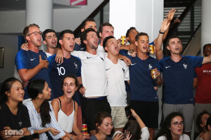 <p> CĐV Pháp đang sinh sống ở Hà Nội tối qua tập trung ở Trung tâm Văn hóa Pháp, để chờ xem trận bán kết Pháp - Bỉ diễn ra vào rạng sáng 11/7. Trong ảnh, họ đồng thanh hát quốc ca Pháp trước giờ bóng lăn.</p>