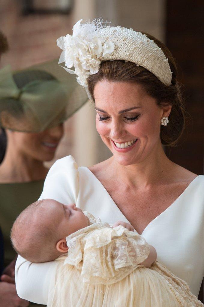 <p> Điều đặc biệt, đôi bông tai ngọc trai tuyệt đẹp mà Kate Middleton đeo chính là món nữ trang gợi nhớ đến Công nương Diana quá cố.</p>