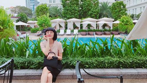 Hạ Vi đội tóc giả đen mái ngố như Maruko khi đi chụp bộ hình mới, diện mạo khác hẳn lúc để tóc vàng chóe gần đây.