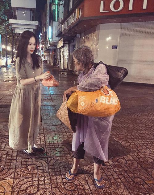 Angela Phương Trinh vẫn đều đặn đi tặng đồ ăn miễn phí cho người nghèo ở Sài Gòn bất chấp thời tiết mưa hay nắng.