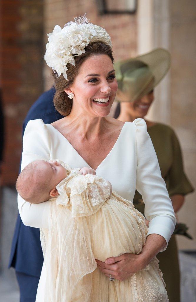 <p> Bà nội của Louis là người rất thích những bông hoa hồng trắng. Lúc sinh thời, bà cũng thường đeo hoa tai trắng cổ điển. Chính vì vậy việc Kate lựa chọn thiết kế hoa tai này được cho là hành động tưởng nhớ đến Công nương Diana trong ngày lễ quan trọng.</p>