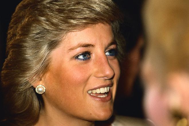 Sinh thời, Diana rất thích những bông hoa tai trắng, nhỏ xinh.