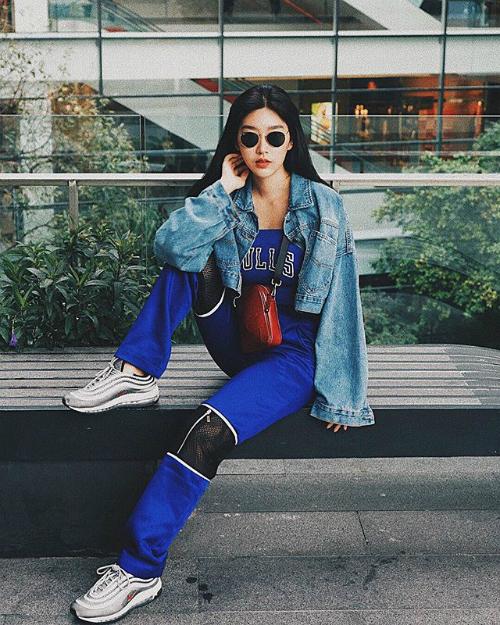 Tín đồ thời trang thập niên 90 hãy nhấn theo dõi ngayKarnyaphak Pongsak - cô gái có gương mặt như hoa hậu và phong cách thời trang ngổ ngáo, chất lừ.