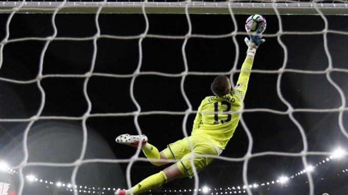 <p> Đối với một thủ môn, chiều cao 1,85m không quá thấp nếu so với những đàn anh Iker Casillas, Victor Valdes hay Shay Given. Thế nhưng ở Anh, người ta ưa thích sử dụng những thủ môn có chiều cao trên 1,9m vì sẽ phù hợp với lối chơi thiên về bóng bổng rất nhiều của bóng đá Anh.</p>