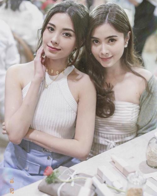 Nicole và Camilla là cặp chị em sinh đôi nổi tiếng nhất Thái Lan. Hai cô gái có xuất thân giàu có, đồng thời sở hữu nhan sắc xinh đẹp chẳng kém các ngôi sao.