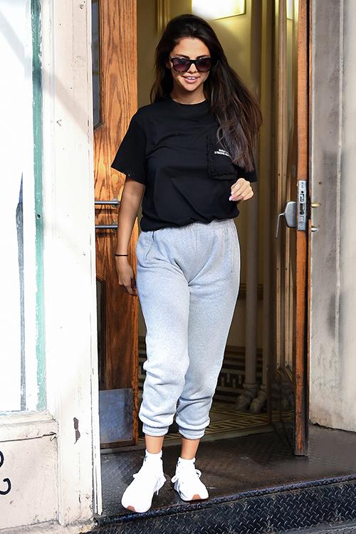 Sau tin đính hôn của Justin Bieber và Hailey Baldwin, Selena Gomez giữ thái độ im lặng trước các câu hỏi của phóng viên. Mới đây nhất, cô nàng xuất hiện trên phố với nụ cười tươi tắn nhưng phong cách ăn mặc có phần luộm thuộm, xuề xòa.